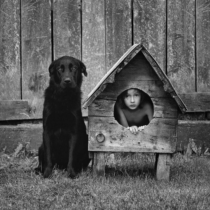 Ребенок в будке