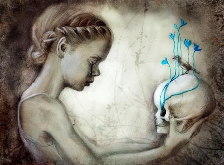 Фото Плачущая девушка держит в руках череп, из которого растут цветы и на котором сидит птица