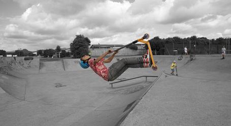 Фото Мальчик катается на самокате по треку
