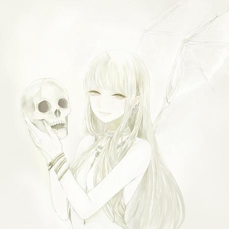 Фото Девушка с крыльями из костей держит в руках череп
