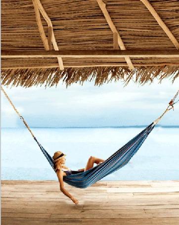 Фото Девушка качается в гамаке на фоне моря