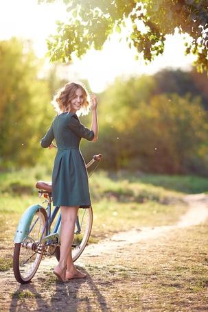 Фото Девушка с велосипедом стоит на фоне природы, фотограф Александр Виноградов