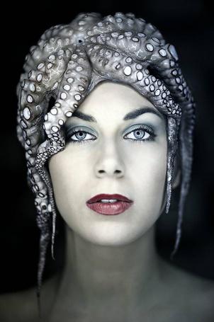 Фото Девушка стоит с осьминогом на голове