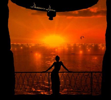 Фото Девушка на фоне сверкающего моря, обрамленная театральным занавесом, Дыхание Души