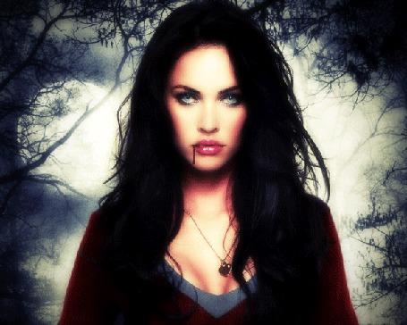 Фото Девушка вамп, на фоне леса и полнолуния, моргает глазами, цвет глаз меняется