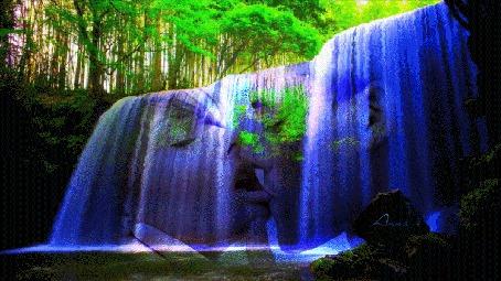 Фото Красивый водопад в лесу, сквозь него видны силуэты целующейся пары, автор Анна