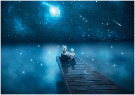 Фото Девочка и мальчик сидят на деревянном пирсе, над покрытой туманом водой и любуются волшебным ночным звездным небом, by frestro79