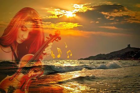 Фото Девушка со скрипкой на фоне моря и предзакатного неба, рядом льются ноты