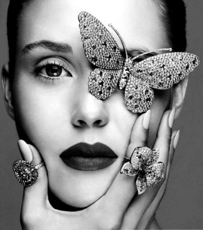 Фото Девушка с украшениями на пальцах и на лице