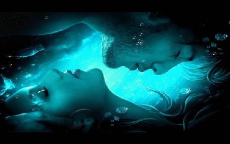 Фото Мужчина и девушка под водой, пузырьки, круги на воде
