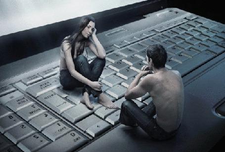 Фото Девушка с мужчиной на клавиатуре ноутбука