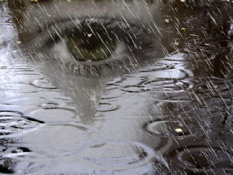Фото Глаз девушки на фоне дождя