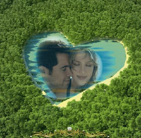 Фото Озеро в виде сердечка, вокруг лес, в озере образ влюбленной пары