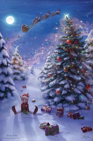 Фото Гномик сидит возле новогодней елки и разбросанных подарков, в небе улетают Дед Мороз и олени