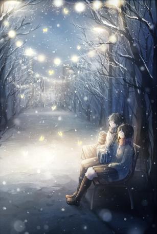 Фото Девушка и парень с подарком сидят на скамейке