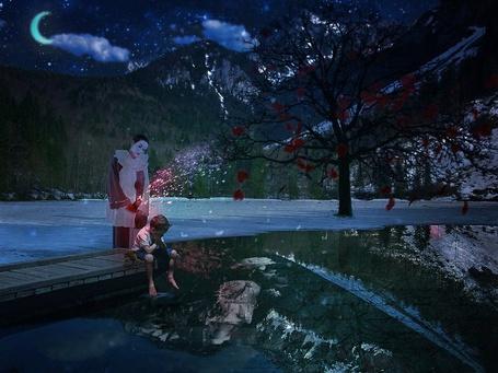Фото Мальчик сидит на деревянном пирсе, глядя в воду, в которой отражаются заснеженные верхушки гор и ночное небо, позади него на замерзшей половине озера стоит клоун, рядом одинокое дерево и парящие красные сердечки, символизирующие сердечную рану, by abelrod666