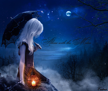 Фото Грустная, беловолосая девушка с зонтиком в руке сидящая на скале морского побережья со стоящим рядом с ней фонарем с горящей в нем свечкой на фоне ночного, звездного неба и ярко светящейся полной луны, автор Esotericl IIusion