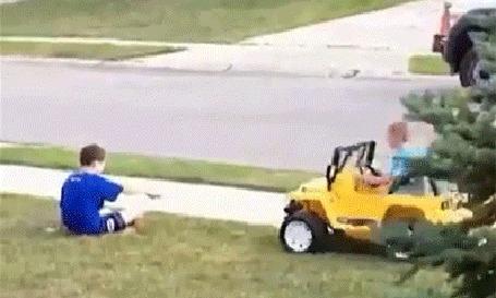 Фото Злой мальчишка наезжает на другого мальчугана на детском авто