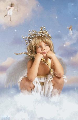 Фото Мальчик-ангел сидит на облаке