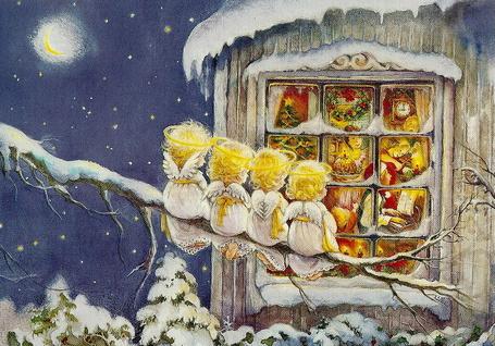 Фото Четыре ангелочка сидят на заснеженной ветке дерева и смотрят в окно домика, за которым дети играют на музыкальных инструментах и поют, автор Lisi Martin