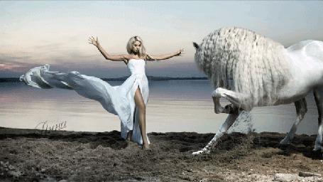 Фото Девушка стоит перед конем раскинув руки, на берегу моря
