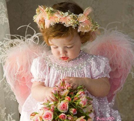 Фото Девочка с крылышками держит на руках букетик цветов, автор Раиса