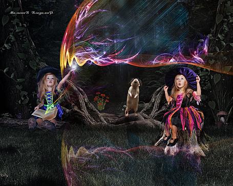 Фото Две маленьких ведьмочки практикуются в магии, за ними наблюдает мышь, работа Владимира Малышева