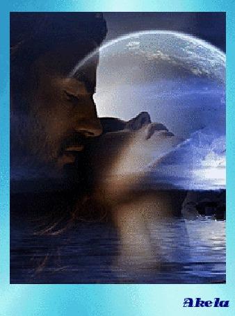 Фото Парень обнимает сзади запрокинувшую вверх голову девушку, на фоне воды и ночного неба с полной Луной, by Akela