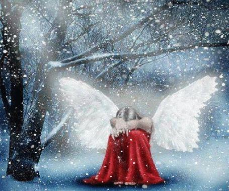 Фото Девушка - ангел сидит под падающим снегом
