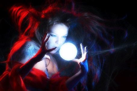 Фото Девушка ведьма с магическим шаром