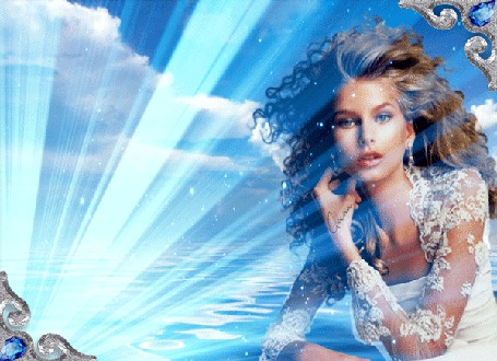 Фото Девушка с развевающимися волосами, на фоне моря и неба, в бликах