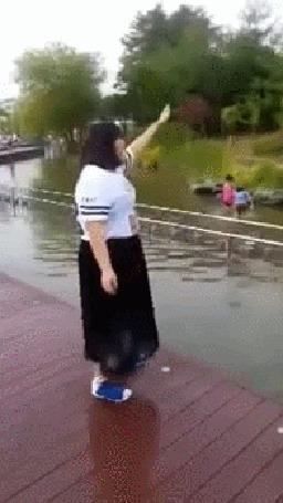 Фото Парень пытается столкнуть девушку в воду, но получается все наоборот