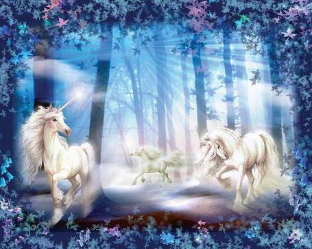 Фото Три единорога бегут по лесу