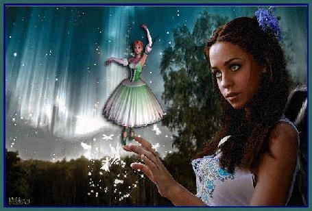 Фото Девушка-брюнетка с цветком в волосах стоит на фоне небесного сияния и держит на руке танцующую балерину