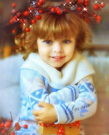 Фото Девочка в веночке с ягодами, держит на руках подарок