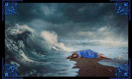 Фото Девушка лежит на берегу, окруженная стихией