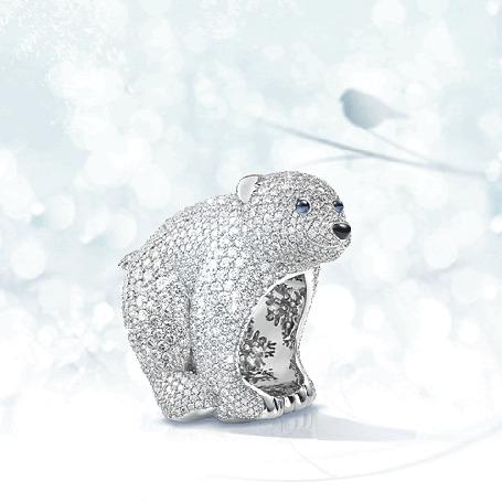 Фото Блестящая фигурка медведя, украшенная стразами