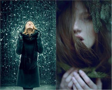 Фото Девушка стоит под падающим снегом, девушка в ветках ели