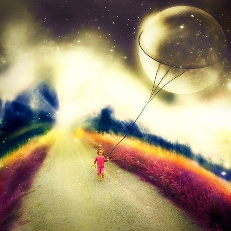 Фото Девочка бежит по дороге с воздушным шаром - планетой