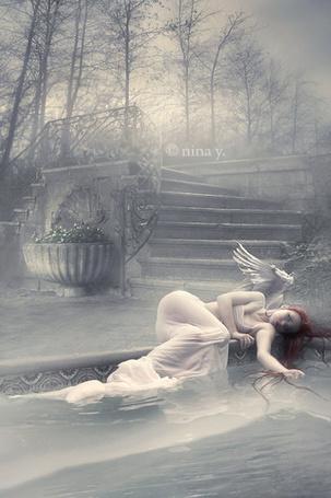 Фото Девушка-ангел лежит на краю фонтана, работа Nina-Y