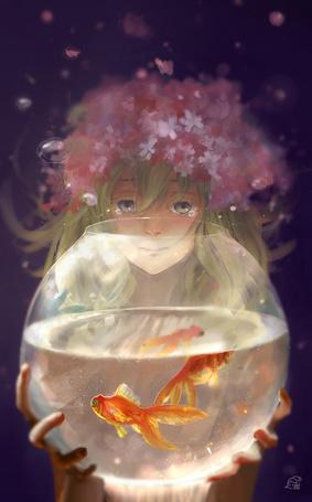 Фото Плачущая девушка держит в руках аквариум с золотыми рыбками
