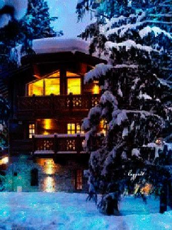 Фото Дом в зимнем лесу с горящими окнами