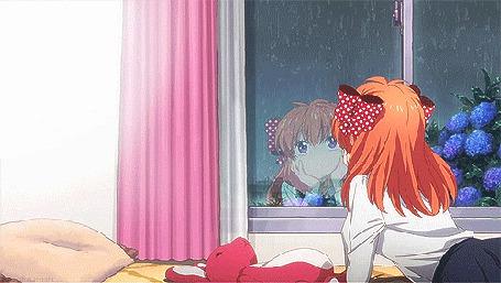 Фото Девочка смотрит в окно, за которым идет дождь