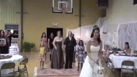 Фото Невеста бросает через спину букет, но он попадает не в чьи - то руки, а в баскетбольную корзину