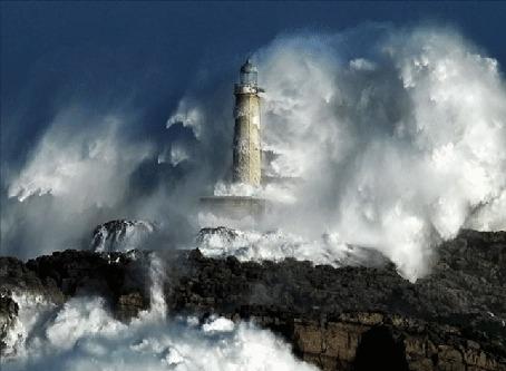 Фото Шторм на маяке, гигантские волны бьются о скалы накрывая маяк