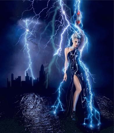 Фото Мила Йовович стоит в воде и держит в руке бутылку по которой проходит молния