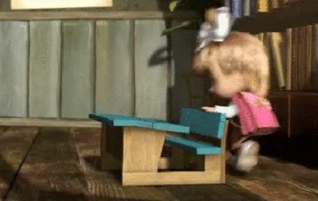 Фото Маша рада новой парте, которую сделал Миша, фрагмент из мультфильма Маша и Медведь
