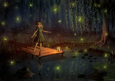 Фото Девочка-эльф стоит на деревяных мостках возле лесного пруда в окружении светлячков