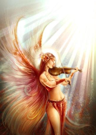 Фото Девушка-фея освещенная лучами солнца играет на скрипке
