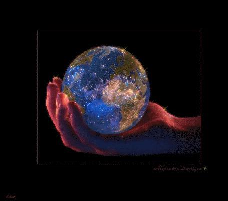 Фото В руке девушки планета